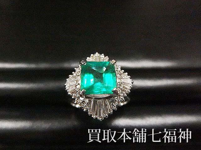 エメラルドとメレダイヤが付いているプラチナリング