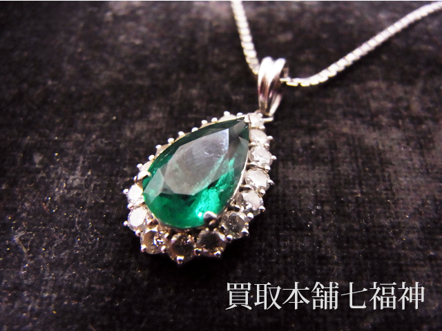 エメラルドとメレダイヤが付いているプラチナネックレス