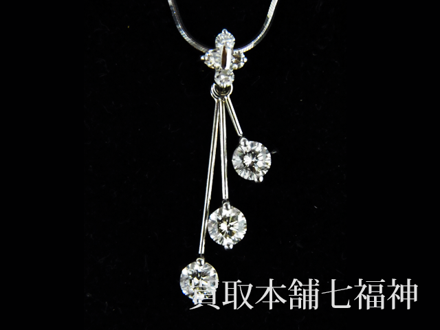 ダイヤモンドが付いているトリロジーネックレス