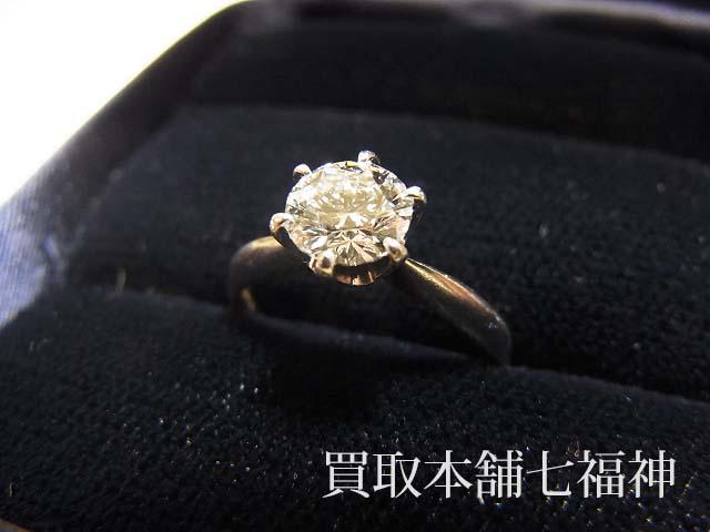 ダイヤモンドが付いている立て爪プラチナリング