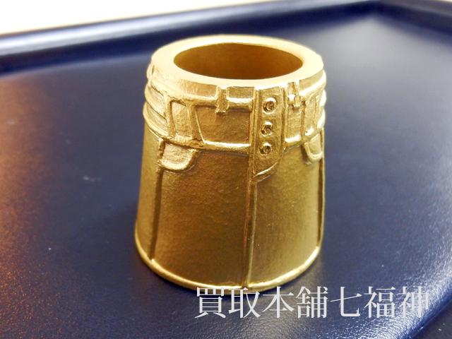 純金でできた手のひらサイズのスカート