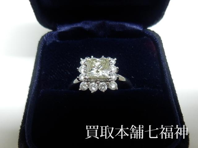 プリンセスカットのダイヤモンドが付いたプラチナリング